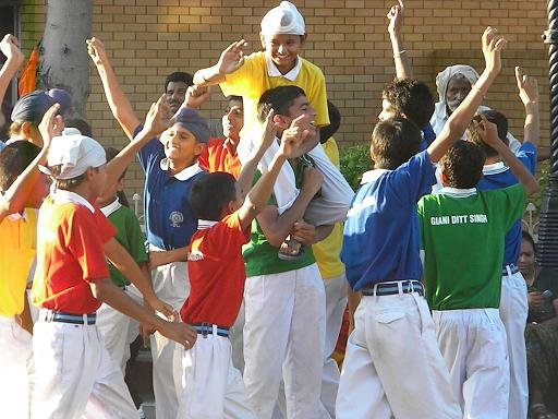 school-kids-dancing-wagah-border