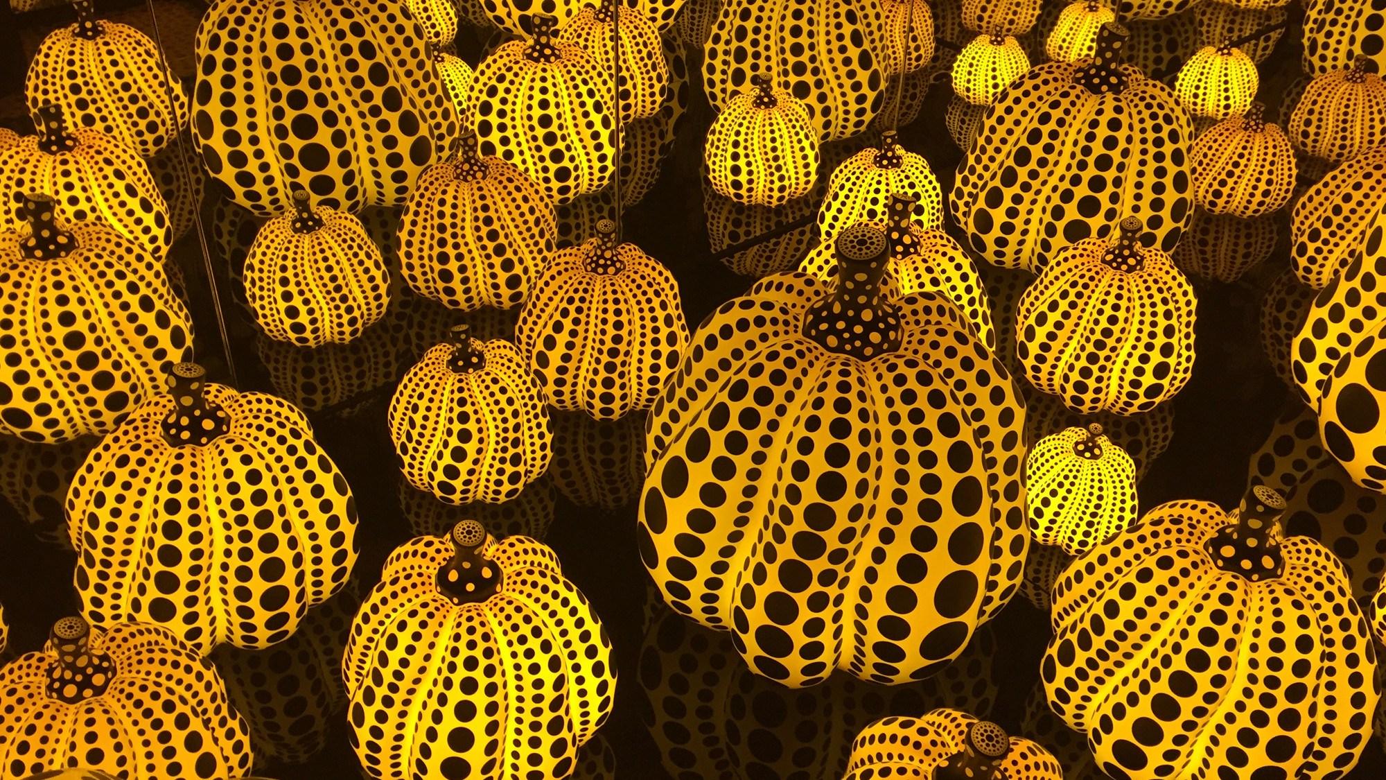 yayoi-kusama-infinity-mirror-room-pumpkins-dma-girlinchief